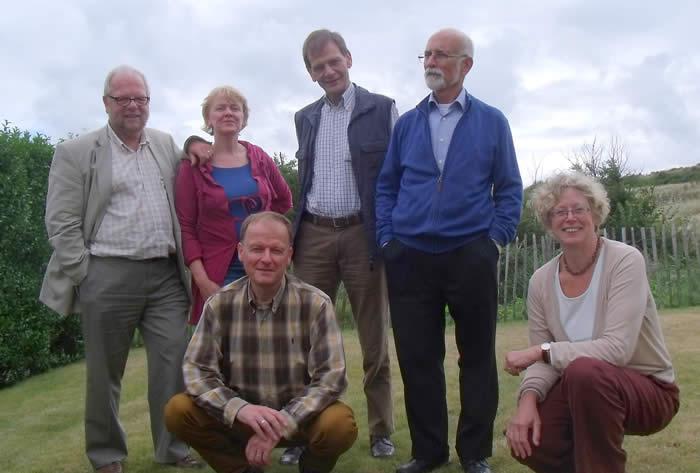 Gehurkt v.l.n.r.: Bernard van Lamoen en Jeanine Heezemans. Staand v.l.n.r.: Wiel Hacking, Ria Mangnus, Fons van Hees en Paul de Maat.
